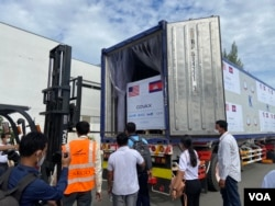 500,000 doses of a total one million doses of Johnson & Johnson Covid-19 vaccine, donated by the United States through COVAX, was delivered to Cambodia on July 30, 2021, at the Phnom Penh International Airport, Cambodia. (Hean Socheata/VOA Khmer)