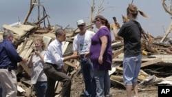 Predsjednik Obama u razgovoru sa stanovnicima Joplina, 29. svibnja 2011. (AP Photo/J. Scott Applewhite)