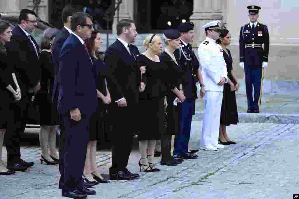 Familia ya Seneta John McCain katika ikiwa tayari kuingia kanisa la National Cathedral kwa ibada maalum, Washington, Septemba 1, 2018.