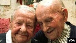 Organisasi Virtual Village menyediakani layanan bagi warga lanjut usia yang ingin menghabiskan masa hidup di rumah sendiri dan bukan di panti jompo.