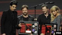 """Maz Martin, Lukasz """"Dr. Luke"""" Gottwalk, los compositores del año, con los cantantes Adam Lambert y Ke$ha, después de recibir sus premios."""