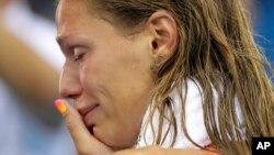 Yulia Efimova khóc sau khi về nhì trong môn bơi ếch 100 mét nữ tại Thế vận hội 2016, 8/8/2016.