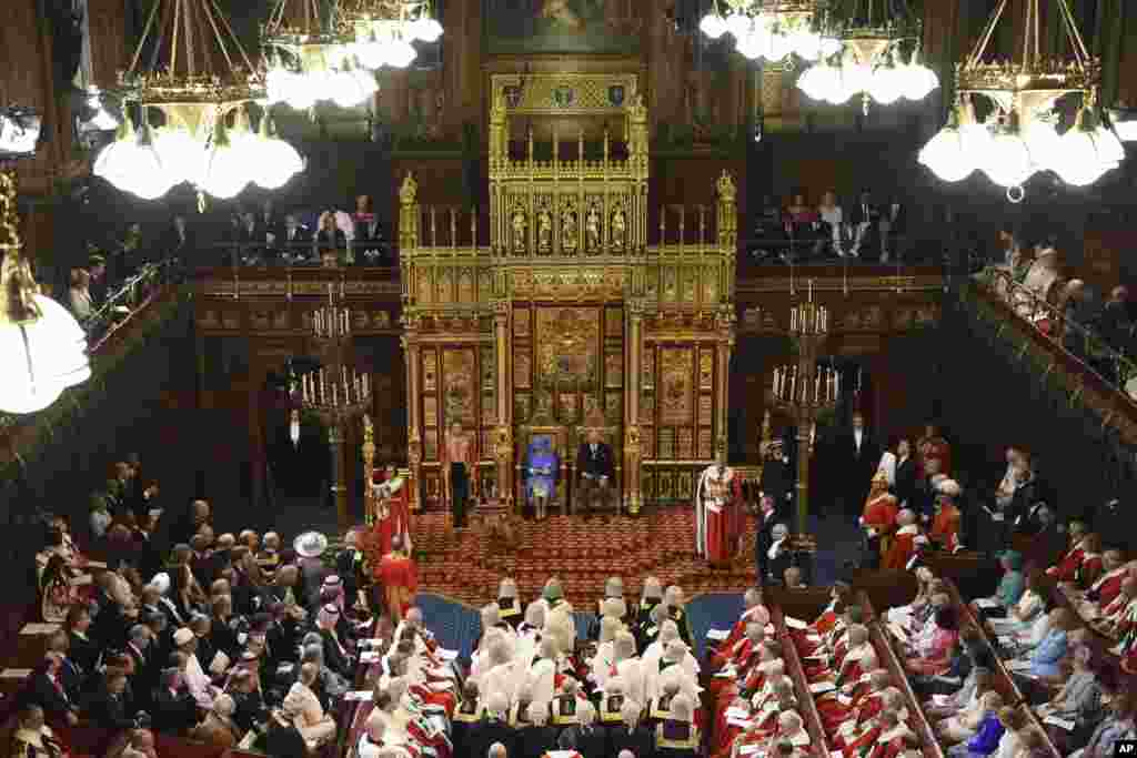 """在新议会开幕式上,英国女王伊丽莎白二世和查尔斯亲王坐在英国上议院。(2017年6月21日) 伊丽莎白二世发表演讲,概述了特蕾莎·梅政府的立法目标。女王概述了首相的首要任务:""""我的政府的首要任务是在国家离开欧盟的时候,争取尽可能好的协议。我的大臣们致力于与议会,管理层,企业和其他方面合作,就国家脱离欧盟后的未来达成最广泛的共识。"""""""