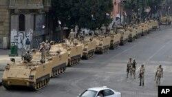 埃及軍隊在開羅市內防守建築物