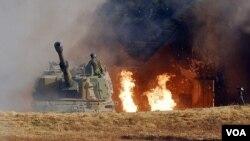 Militer Korea Selatan melakukan tembakan balasan setelah serangan artileri Korea Utara di Pulau Yeonpyeong, 23 November 2010.