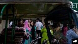 Nhân viên văn phòng sơ tán ra khỏi toà nhà sau trận động đất ở Karachi, Pakistan, ngày 16/4/2013.