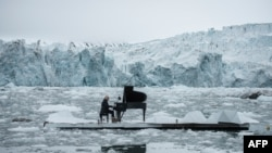 لودوویکو اناودی در حال نواختن پیانو در وسط آبهای اقیانوس منجمد شمالی در نروژ