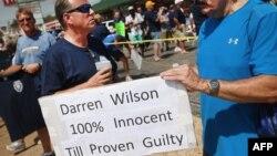 Bu kez siyah genci öldüren polis memuruna destek veren bir grup Ferguson'da gösteri düzenledi