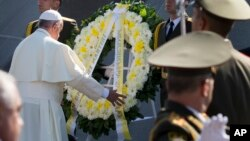 Paus Fransiskus (kiri) menghadiri upacara oikumene dan doa bagi perdamaian di Lapangan Republik di Yerevan, Armenia, Sabtu (25/6).