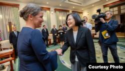 台湾总统蔡英文2019年10月9日接见美国国务院副助卿孙晓雅(台湾总统府提供)