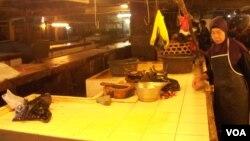Seorang pedagang daging ayam di Pasar Kosambi Bandung merapikan lapak tempatnya berjualan, sebelum memulai aksi mogok berjualan (foto: VOA/Wulan)