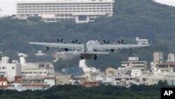 Sebuah pesawat militer lepas landas dari bandar udara marinir AS Futenma di Ginowan, Okinawa, Jepang (Foto: dok). Sekitar 9 ribu marinir di Okinawa akan dipindahkan ke Guam dan lokasi-lokasi lain di Asia-Pasific, termasuk Hawaii berdasarkan kesepakatan AS