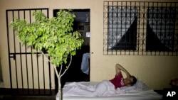 El sismo dejó un saldo de un muerto, decenas de heridos y casas destruídas.