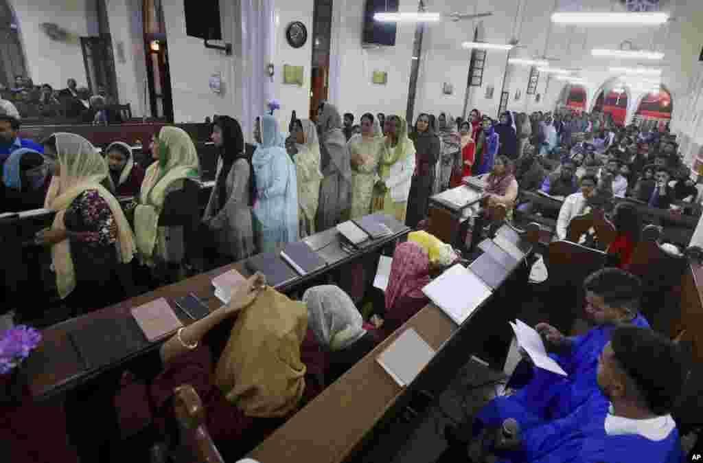 پاکستان کے شہر کراچی کے ایک گرجا گھر میں مسیحی کرسمس کی دعائیہ تقریب میں شریک ہیں۔