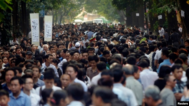 Mourners gather to honor Vietnam's late General Giap in Hanoi, Oct.12, 2013