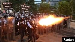 香港警察2019年6月12日向反对立法会逃犯条例修订案二读的抗议者发射催泪弹。