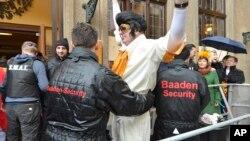 Des agents de sécurité fouillent des participants à un festival à Cologne, Allemagne, 4 février 2016.