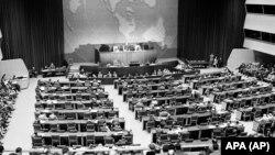 Braziliyanı təmsil edən Dr. Osvalko Aranha BMT Baş Assambleyasının Fələstinə həsr edilmiş xüsusi sessiyasında tribunadan çıxış edərkən. Flaşinq Medouz Park, Nyu-York, 28 aprel, 1947-ci il.
