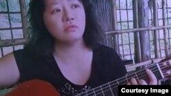 """Ký giả tự do Phạm Đoan Trang. Trong lá thư trước khi bị bắt, bà viết: """"Nếu có thể, xin vận động để tôi được nhận cây đàn guitar của tôi..."""""""