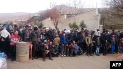 Những người dân Syria đang đợi đoàn cứu trợ ngày 11/1/2016 tại thị trấn Madaya như một phần thỏa thuận đạt mốc 6 tháng chấm dứt tình trạng chiến tranh ở những khu vực này để đổi lấy viện trợ nhân đạo.