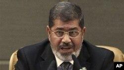 Presiden Mesir Mohammed Morsi memberikan pidato pada KTT Gerakan Non Blok di Teheran, Iran dengan mengecam pemerintah Suriah (30/8).