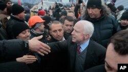 우크라이나를 방문한 미국 공화당의 존 메케인 상원의원이 반정부 시위대원들과 인사를 나누고 있다.