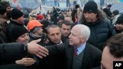 Senator Amerika John McCain menyalami demonstran di Lapangan Kemerdekaan, Kiev, Ukraina, 15 Desember 2013.