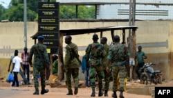 Des policiers patrouillent à Béoumi,le 18 mai 2019, deux jours après les violences qui ont éclaté entre les membres de la communauté locale baoulé et le groupe ethnique du nord, les dioula.