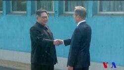 Moon et Kim se serrent la main sur la frontière entre le Nord et le Sud (vidéo)
