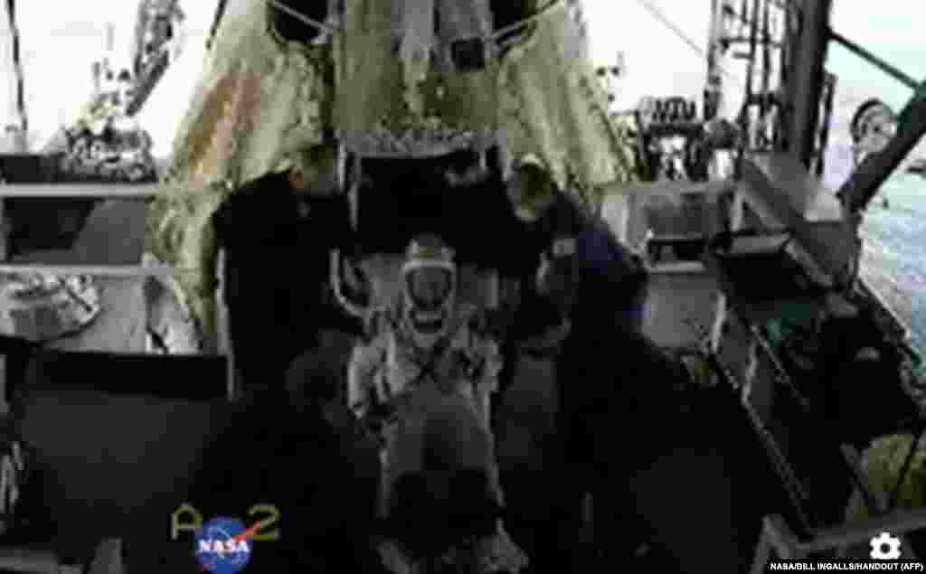 بیکن اور ہرلی، 'ڈریگن' نامی خلائی کیپسول میں سوار ہوئے جس کی رفتار 28 ہزار کلو میٹر فی گھنٹہ تھی۔ لیکن زمین کے کرہ فضائی میں داخل ہونے کے بعد اس کی رفتار گھٹ کر 560 کلو میٹر فی گھنٹہ ہو گئی تھی۔