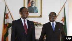 Zimbabwe President Robert Mugabe (R) poses for photos ahead of his meeting with Equatorial Guinea President Teodoro Obiang Nguema Mbasogo (L) at Zimbabwe State House in Harare, Jan. 23, 2016.