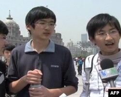 到上海世博园区参观的中学生