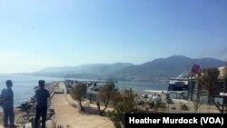 移民和难民在希腊观看轮船前往雅典,他们将通过雅典抵达德国(2016年4月2日)