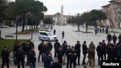 IŞİD bombalarının Türkiye'nin en çok turist çeken noktası Sultanahmet'e kadar uzanabilmesi, Türkiye'nin Suriye'de ve Irak'ta yaşanan gelişmelere aktif yaklaşımı ve Türk hava sahasını ihlal eden bir Rus uçağının düşürülmesi, son on ayda Türk turizmini tam bir faciaya dönüştürdü.