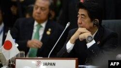លោក Shinzo Abe នាយករដ្ឋមន្ត្រីជប៉ុននៅក្នុងកិច្ចប្រជុំកំពូលអាស៊ាននៅប្រទេសព្រុយនេ កាលពីថ្ងៃទី១០ខែតុលា ឆ្នាំ២០១៣។
