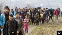 Para migran dari Afghanistan menunggu di desa Tabanovce, Makedonia setelah ditolak memasuki Serbia, Senin (22/2).