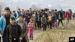 Migranti iz Avganistana na granici Makedonije i Srbije