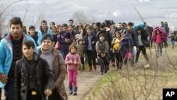 지난달 22일 세르비아 국경에서 입국을 거부당한 아프가니스탄 난민들이 마케도니아 북부 난민 대기소로 돌아오고 있다.