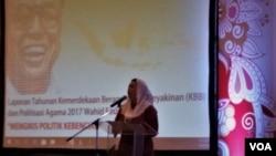 Direktur Wahid Foundation Yenny Zannuba Wahid dalam peluncuran laporan tahunan tentang kebebasan beragama dan berkeyakinan di Jakarta, Rabu (8/8). (Foto: VOA/Fathiyah)