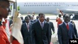 Presiden Benin Boni Yayi (tengah) saat tiba di bandara Abidjan disambut oleh PM Pantai Gading, Gilbert Marie N'gbo Ake (kanan), Selasa 28 Desember 2010.