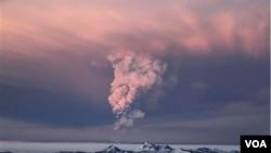 Abu vulkanik yang disemburkan gunung Grimsvotn di Islandia mencapai ketinggian 9 kilometer (22/5).