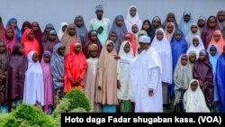 Perezida Buhari abonana n'abana b'abakobwa bo kw'ishuri rya Daptchi bari baranyurujwe na Boko Haram