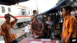Les Indonésiens font la queue pour voter dans un bidonville de Jakarta, en Indonésie, mercredi 17 avril 2019. (Photo AP / Tatan Syuflana)