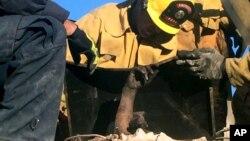 19일 미국 캘리포니아주 사우전드옥스에서 남자친구이 집 굴뚝에 들거갔다가 갇힌 제노베바 누네즈-피구에로라는 여성을 구출되고 있다.