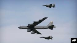 Máy bay ném bom B-52 bay qua khu Căn cứ Không quân Osan ở Pyeongtaek, Hàn Quốc, ngày 10 tháng 1 năm 2016.