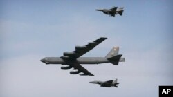 지난 1월 미 공군 소속 B-52 폭격기(가운데)가 한국 오산 공군기지 상공을 비행하고 있다.