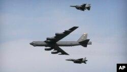 بم افگن «بی ٥٢» نیروی هوایی امریکا یکشنبه بر فراز سرحد جنوب کوریای جنوبی پرواز کرد.