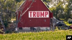 Lahan jagung di depan lumbung bertuliskan Trump sign di pedesaan Ashland, Nebraska, 24 Juli 2018.