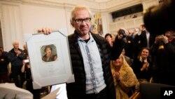 Ödülünü tutan Lars Vilks