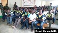 Bato baike bazali kosambisama na tribunal militaire à Kavumu, Bukavu, Sud-Kivu, 13 décembre 2017. (VOA/Ernest Kavumu)